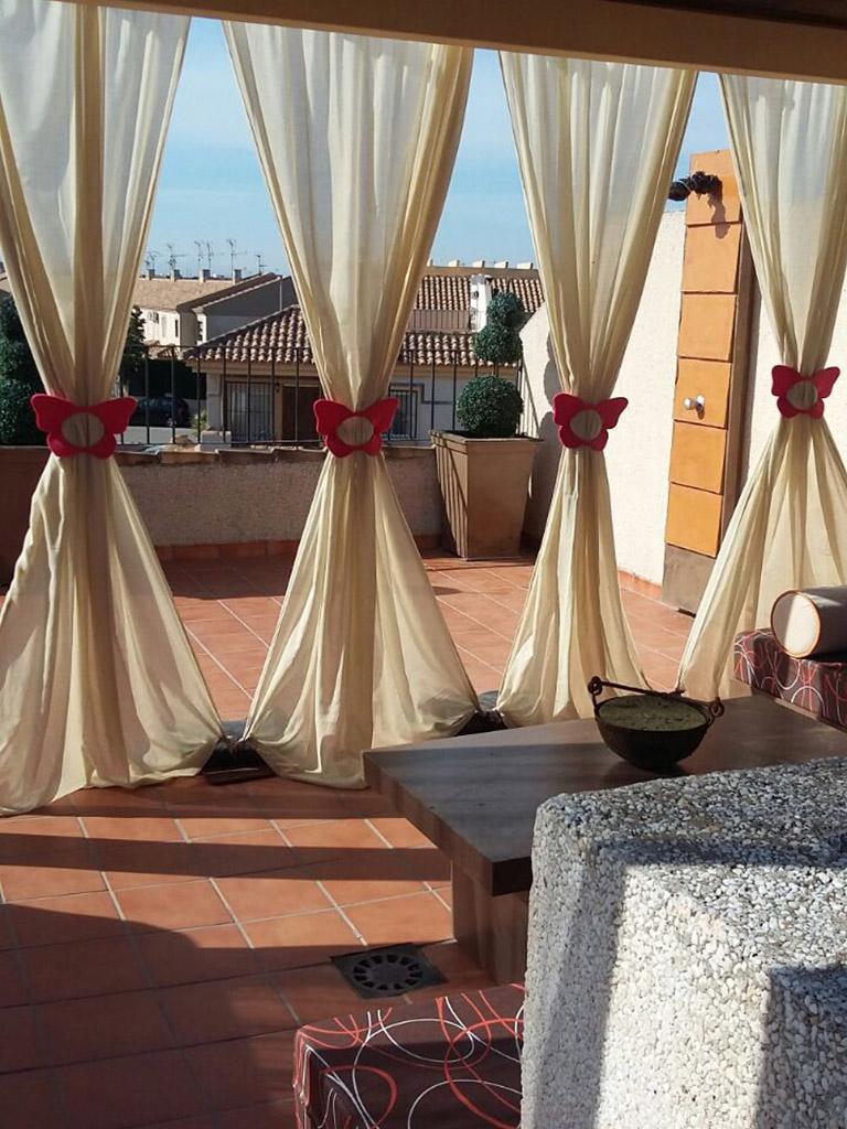 Detalle de cortinas en terraza