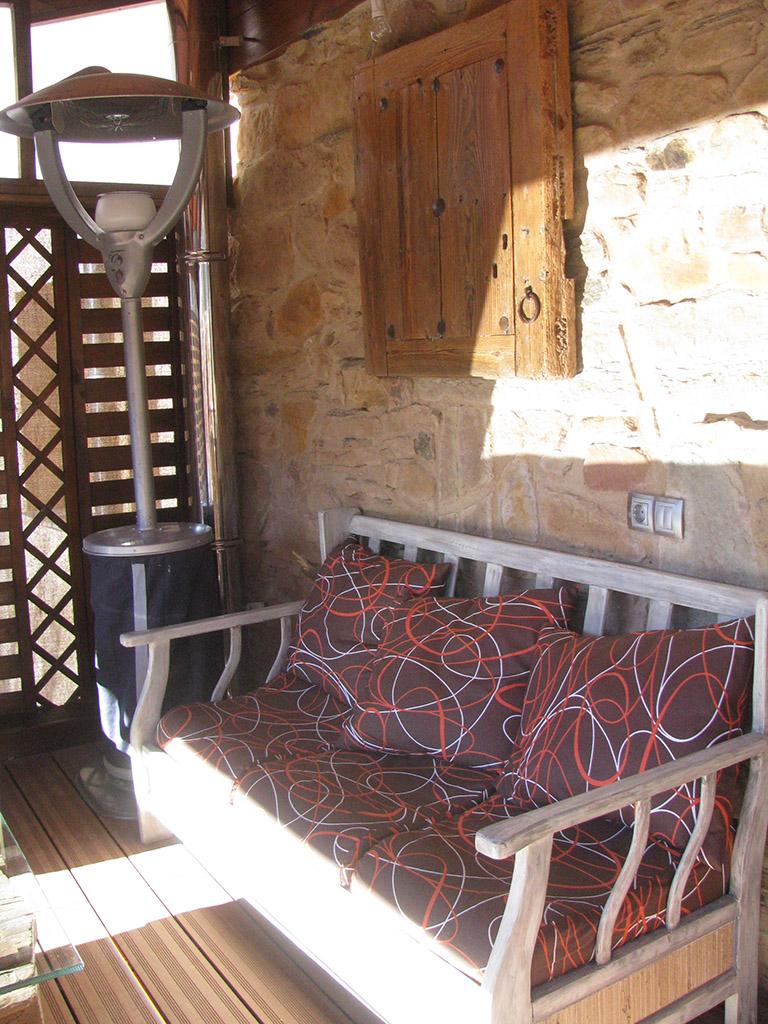 Sofá de madera tratada para exteriores