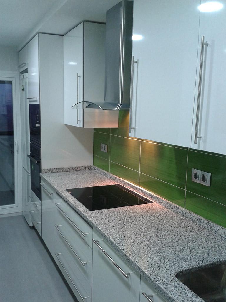 Muebles de cocina hechos a medida y encimera de granito