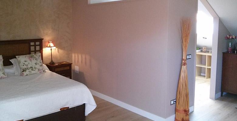 Distintos acabados de pintura en paredes de dormitorio