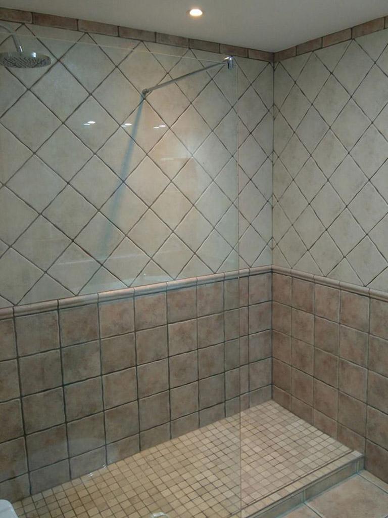 Plato de ducha en gresite y azulejos envejezidos