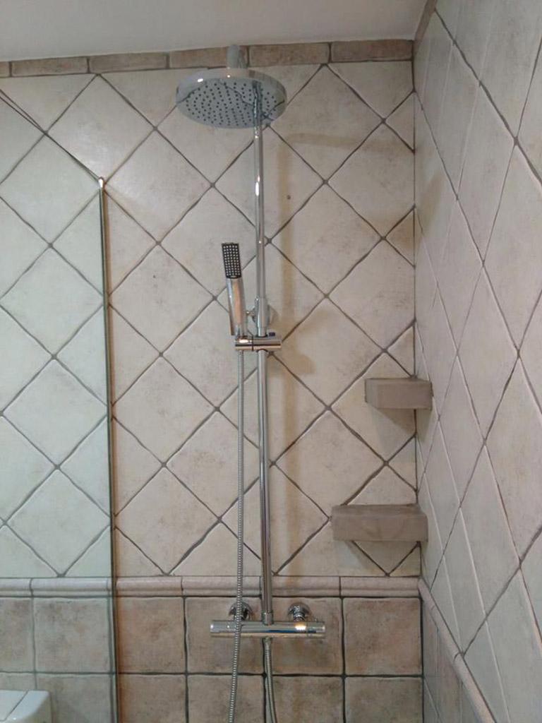 Detalle de la ducha en un baño
