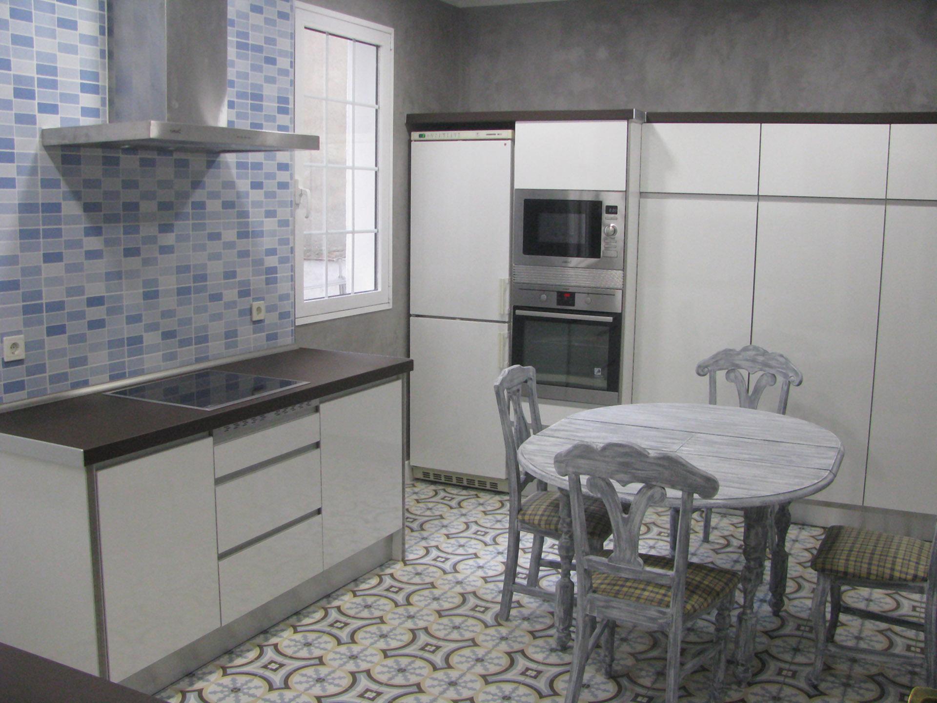 Cocina de estilo vintage en suelos y mesa