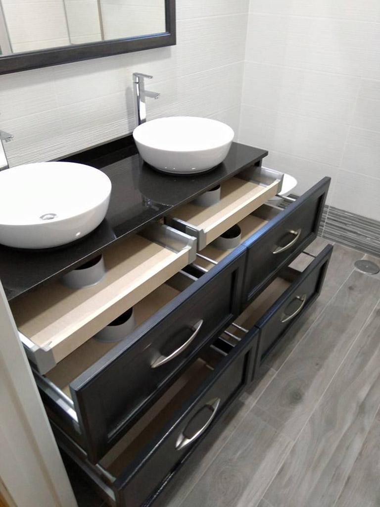 Cajones de gran capacidad en mueble de baño