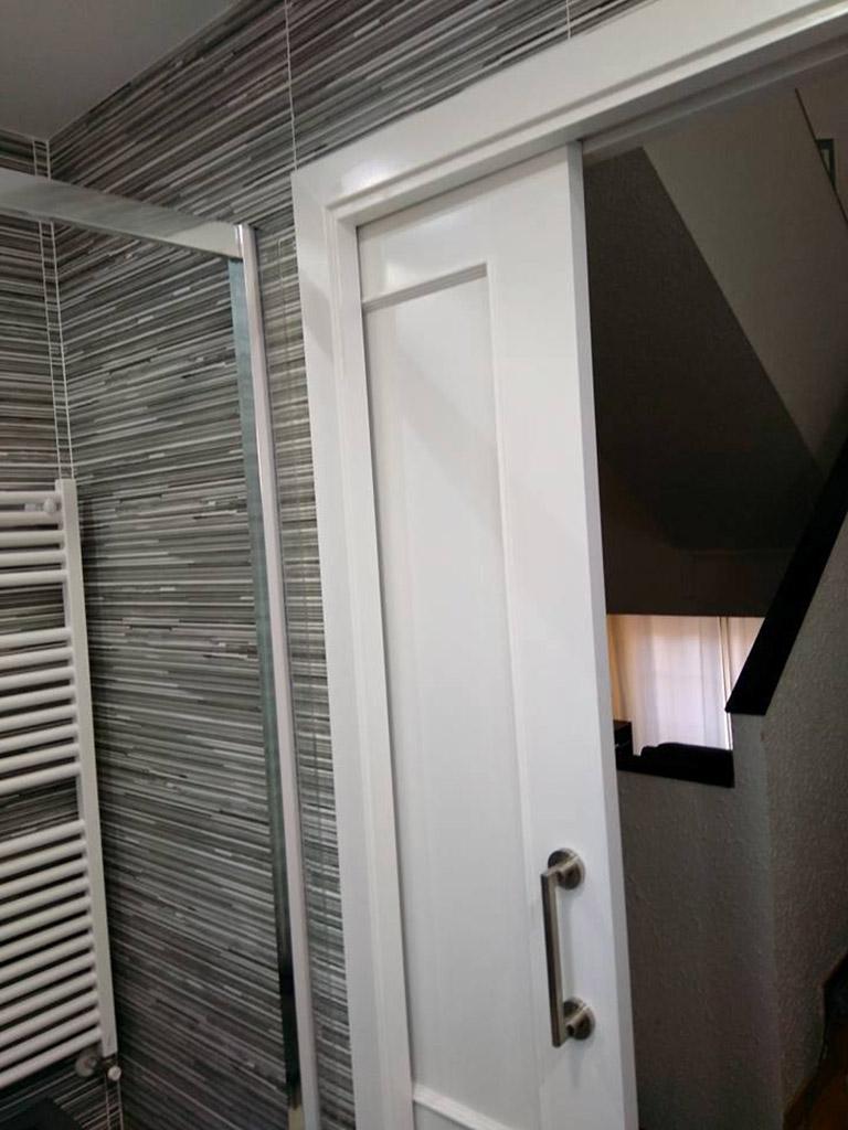 Puerta corredera lacada en baño