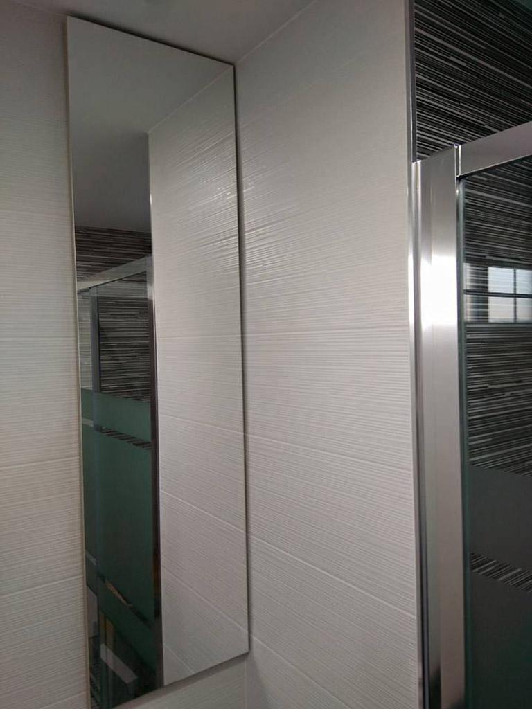 Mueble de baño integrado con puerta de espejo