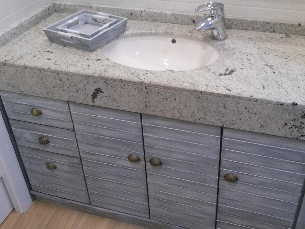 Mueble bajolavabo con tiradores de concha y encime de mármol