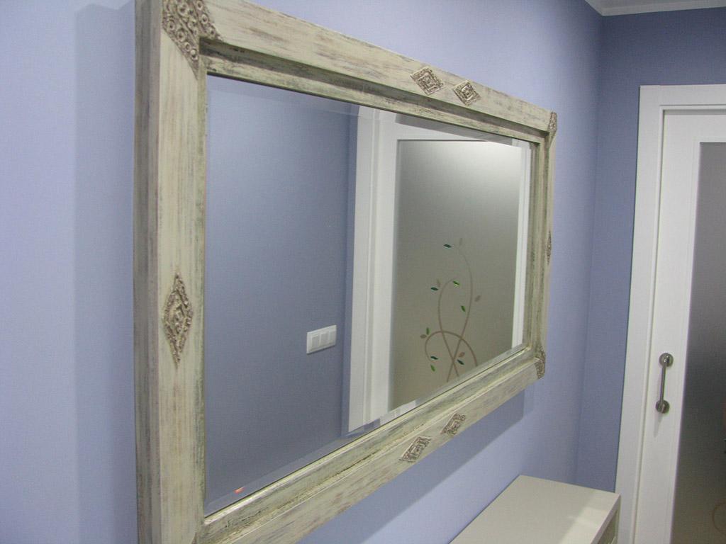 Espejo con marco decapado y detalles labrados