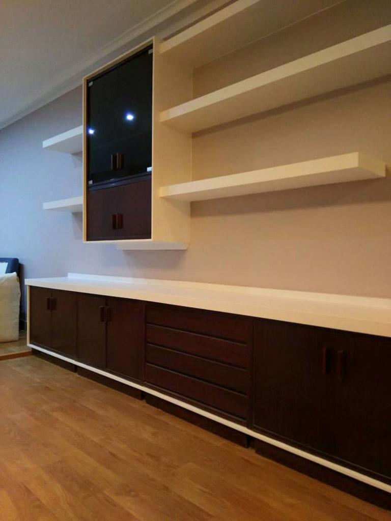 Mueble de obra en salón con detalles en madera
