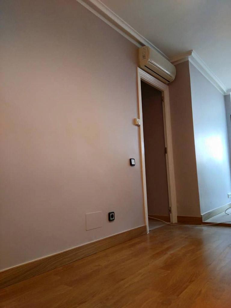 Pintura lisa y suelo de tarima en salón